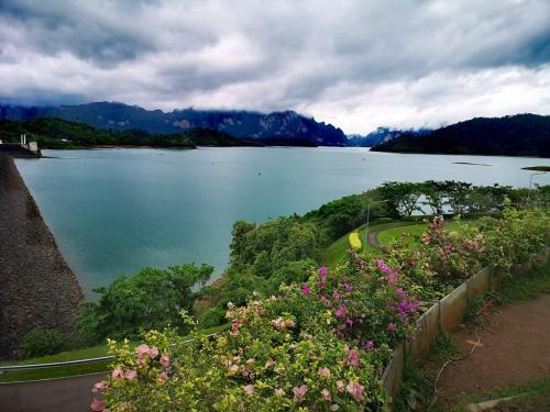 Ratchaprahpa Dam - The lake is surrounded by breathtaking view of limestone mountains and over 200 islands. The dam is located 70 kilometers west from Surat Thani on Highway No. 401