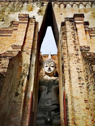 """Wat Si Chum, located north of the old city walls, might well be the most enigmatic of Sukhothai's temples. The """"temple of the bodhi tree"""" was built in the late 13th century, and while it doesn't seem to get that many visitors, it must be one of the most photographed."""